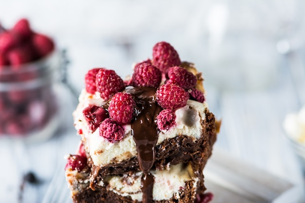 Ciasteczka sernikowe z malinami ułożone na talerzu. rozpuszczalna czekolada.