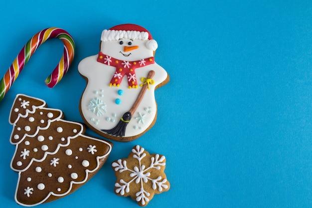 Ciasteczka świąteczne na niebieskim tle