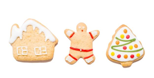 Ciasteczka świąteczne o różnych kształtach na na białym tle