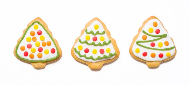 Ciasteczka świąteczne w postaci drzew na na białym tle