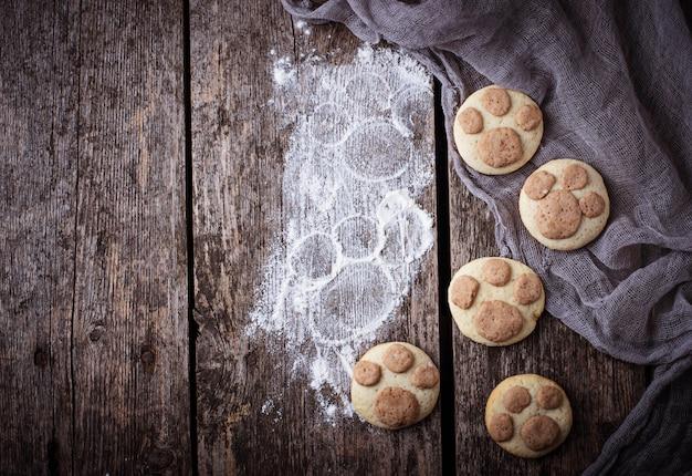 Ciasteczka w kształcie łapy kota. selektywne skupienie