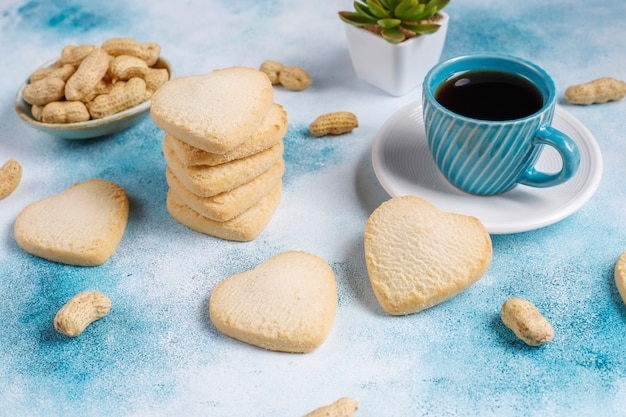 Ciasteczka w kształcie serca z orzeszkami ziemnymi.