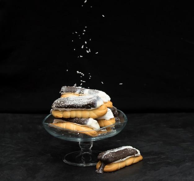 Ciasteczka w wazonie na czarnym tle.