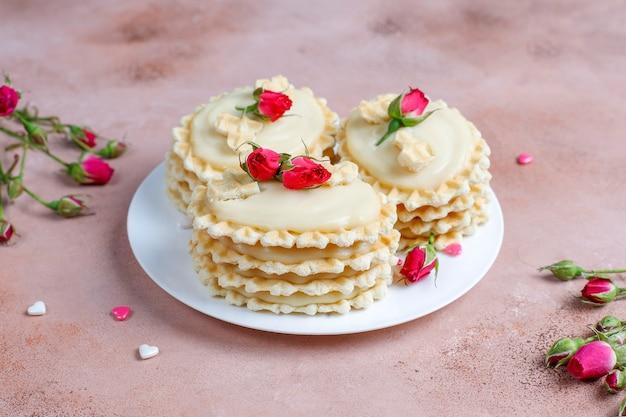 Ciasteczka waflowe z pysznym kremem domowej roboty.
