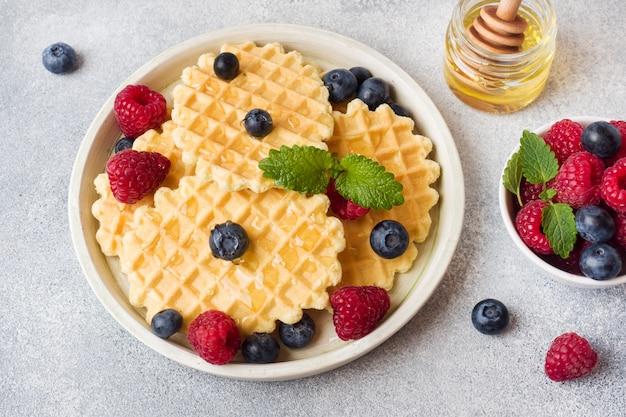 Ciasteczka waflowe ze świeżymi malinami i jagodami