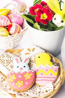 Ciasteczka wielkanocne i ozdobne jajka. wielkanocny wystrój