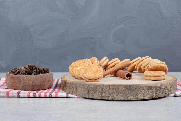 Ciasteczka z aromatem cynamonu na drewnianym talerzu. wysokiej jakości zdjęcie