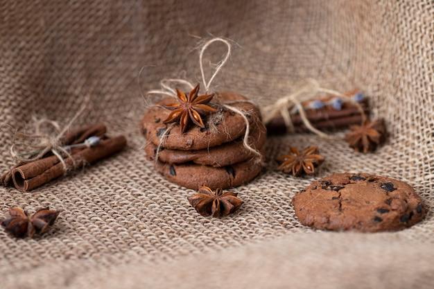 Ciasteczka z czekoladą i przyprawami na worze, cynamonie i badian. pieczywo