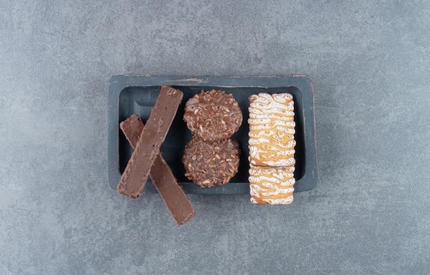 Ciasteczka z czekoladowymi okrągłymi ciasteczkami na ciemnej desce