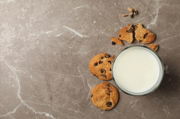 Ciasteczka z kawałkami czekolady i mleko na brązowo
