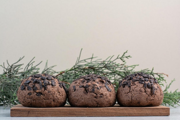 Ciasteczka z kawałkami czekolady na drewnianym kawałku. zdjęcie wysokiej jakości
