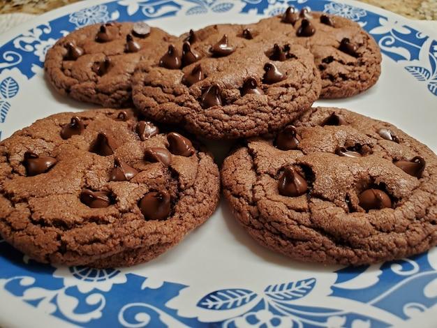 Ciasteczka z kawałkami czekolady w niebieskim talerzu ceramicznym