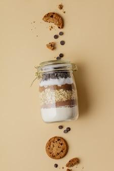 Ciasteczka z kawałkami czekolady wymieszać w szklanym słoju