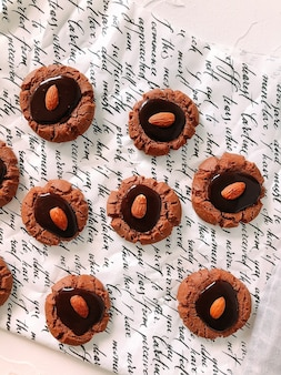 Ciasteczka z kawałkami czekolady z całymi migdałami