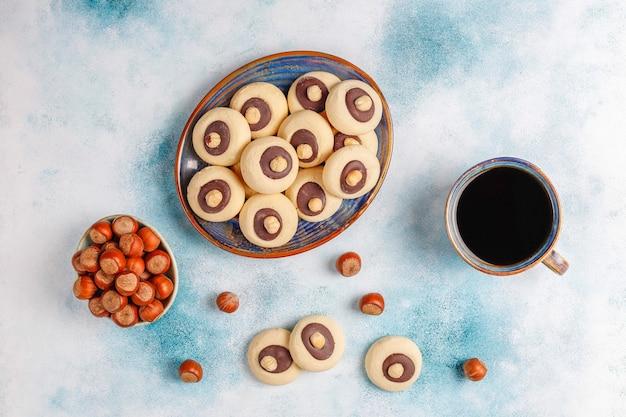 Ciasteczka z orzechami laskowymi z orzechami laskowymi, widok z góry