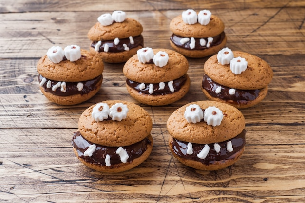 Ciasteczka z pastą czekoladową w postaci potworów na halloween