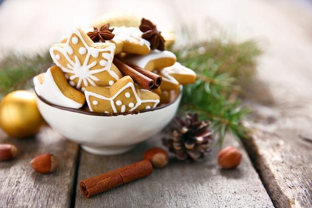 Ciasteczka z przyprawami i dekoracją świąteczną, na drewnianym stole