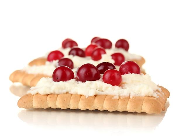 Ciasteczka z serem i żurawiną, na białym tle