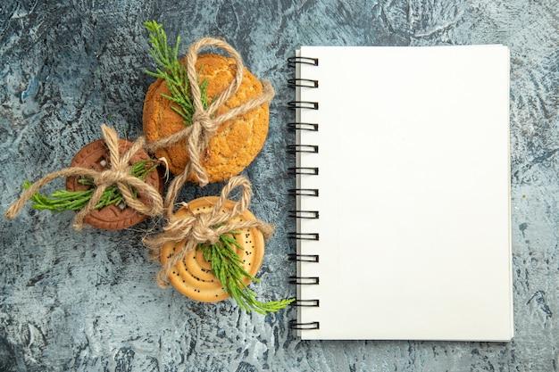 Ciasteczka z widokiem z góry związane notatnikiem liny na szarej powierzchni