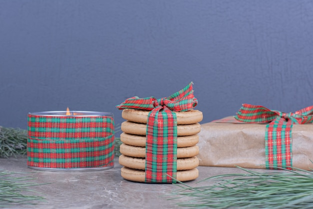 Ciasteczka zawijane w kartonowe pudełko prezentowe