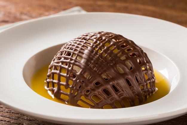 Ciasteczko czekoladowe z lodami i sosem pomarańczowym