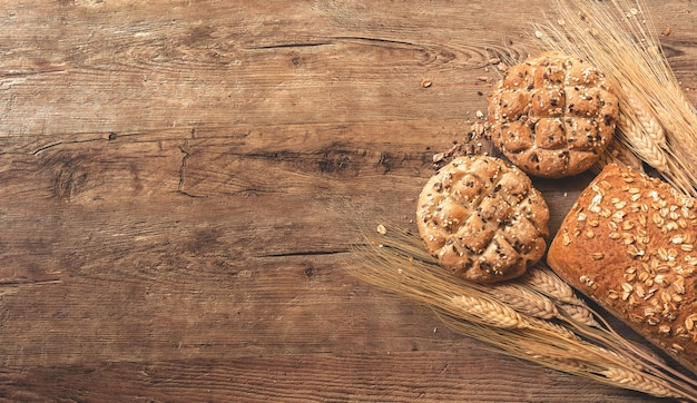 Ciastka, chleb i pszenica na stole