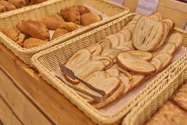 Ciastka francuskie w sklepie