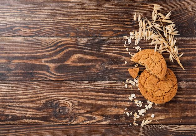 Ciastka i banatka z kopii przestrzeni drewnianym tłem
