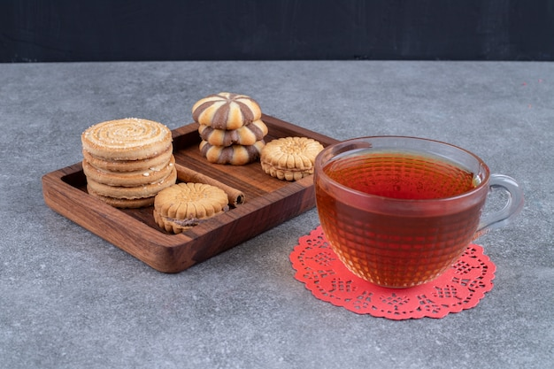 Ciastka i filiżanka herbaty