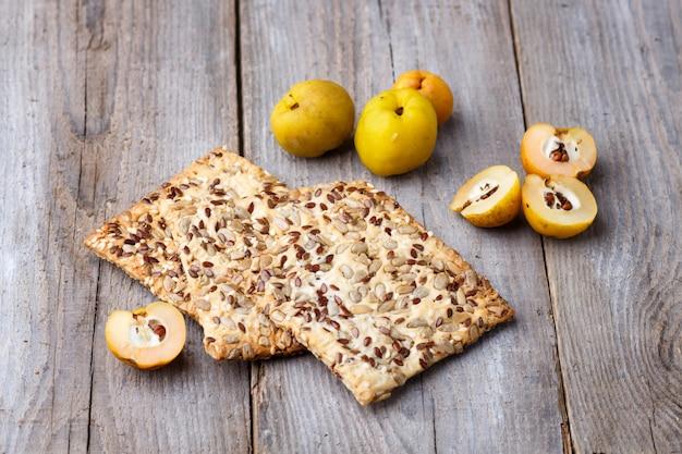 Ciastka i żółta pigwy owoc na drewnianym tle