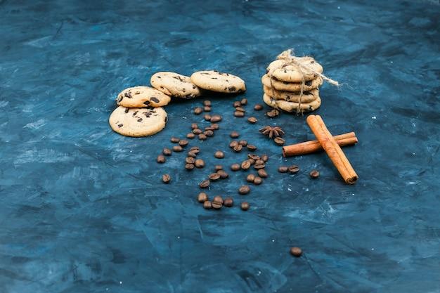 Ciastka na talerzu z przyprawami, laskami cynamonu