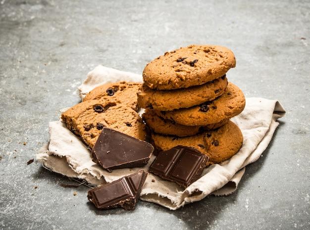 Ciastka owsiane z kawałkami czekolady. na kamiennym stole.