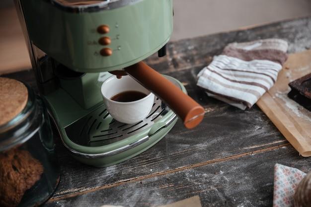 Ciastka rogaliki na stole w pobliżu filiżankę kawy.