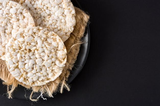 Ciastka ryżowe dmuchane na talerzu
