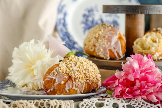 Ciastka śniadaniowe w pobliżu kwiatów piwonii