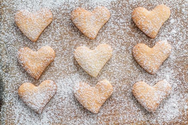 Ciastka w kształcie serca na tle drewna