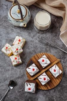 Ciastka waniliowe i czekolada pokrojone w piękne ozdobne kawałki.