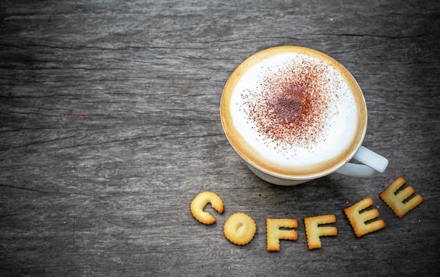 Ciastka z alfabetem kawy z filiżanką cappuccino