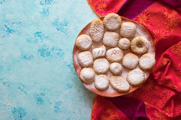 """Ciastka z islamskiej uczty el fitr. słodycze ramadan. egipskie ciasteczka w tle """"kahk el eid"""""""