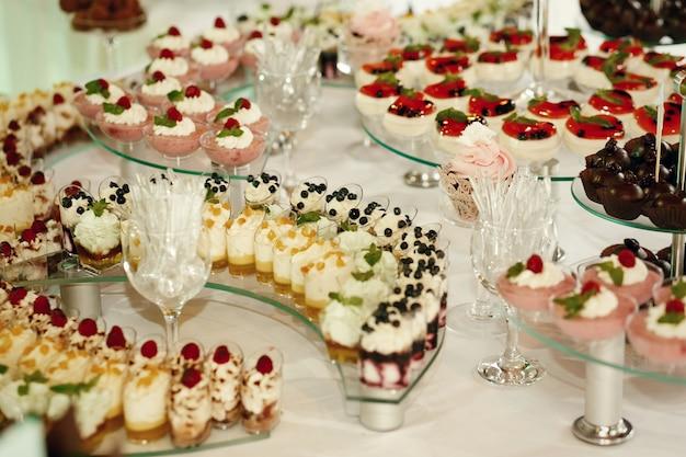 Ciastka z jagodami podawane na zakrzywionych szklanych naczyniach