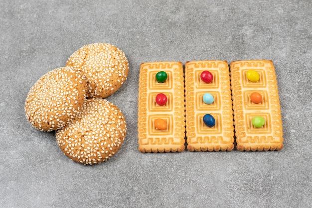 Ciastka z sezamem i krakersami na marmurowej powierzchni
