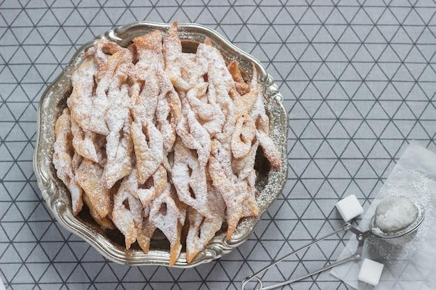 Ciastka ze skrzydłami anioła, tradycyjne europejskie słodkie danie na karnawał. styl rustykalny.
