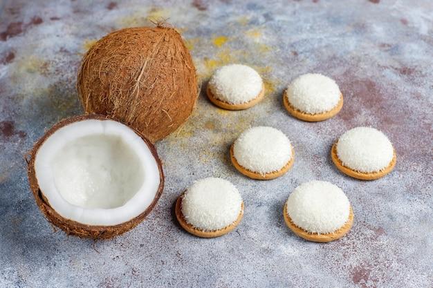 Ciastka zefir kokosowy z pół kokosa, widok z góry