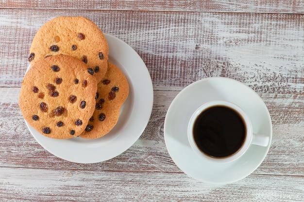 Ciastko czekolada i herbata na drewnianym stole