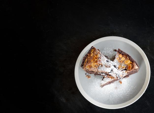 Ciastko czekoladowe ciasto kakaowe z orzechami i cukrem pudrem