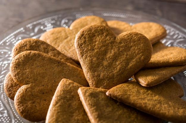 Ciastko w kształcie serca na drewnianym stole koncepcja walentynki i dzień matki.