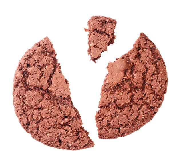 Ciastko z kawałkami czekolady zepsute z bliska na białym