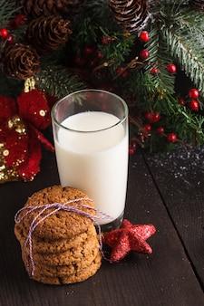 Ciastko z mlekiem na stole dla świętego mikołaja
