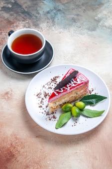 Ciasto apetyczny tort filiżanka herbaty na stole
