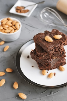 Ciasto brownie z orzechami migdałowymi na betonowym tle